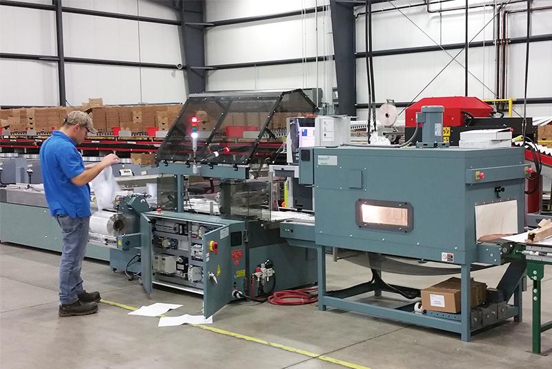 Un técnico de servicio de Crawford México arregla una máquina de empaque de productos