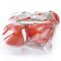 Varios tomates dentro de en una bolsa de productos impresos con agujeros perforados para regular el oxígeno