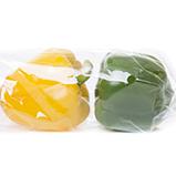 Un pimiento amarillo y verde envuelto en una bolsa de envoltura de flujo de dos paquetes